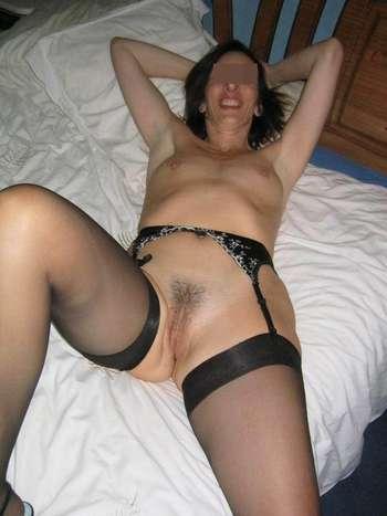 Belle femme désire des pénis bien longs à sucer à Paris